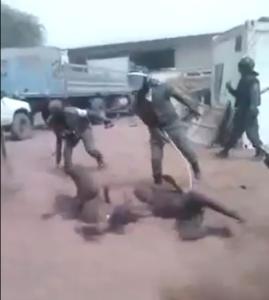 On les voit avancer sur les genoux, puis se rouler dans le sable, sous les injonctions des policiers. Des policiers qui les battent à chaque rotation, avec des fouets et des bâtons.