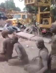 Ils obligent les élèves à se laver avec du sable... depuis quand on se lave avec du sable sans eau???