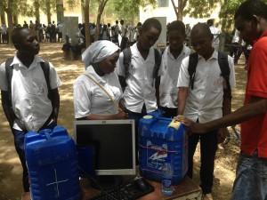 Des élèves au stand de WenakLabs: ils cherchent à savoir les métiers de l'informatique